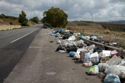 Syt050-Brzydkie oblicze Sycylii - śmieci przy drodze