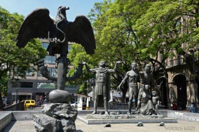 c129-Pomnik nieopodal Zocaio Plac