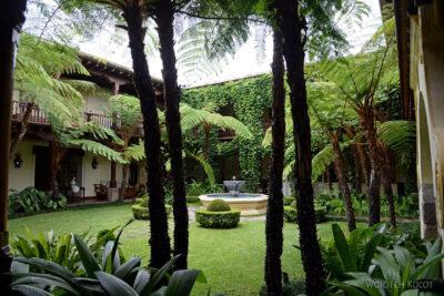 i131-Antigua-ładny dziedziniec