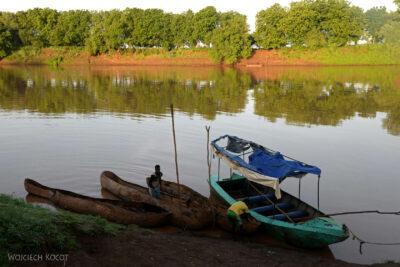 Et23003-Dłubanką przez rzekę Omo