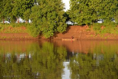 Et23004-Dłubanką przez rzekę Omo