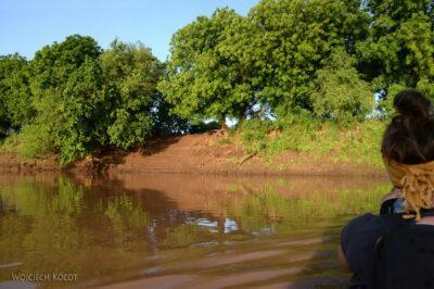 Et23008-Dłubanką przez rzekę Omo