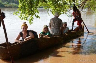 Et23159-Dłubanką przez rzekę Omo