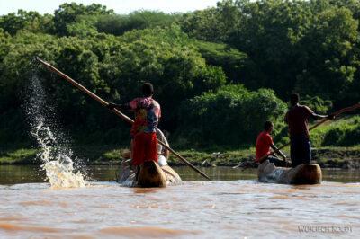 Et23160-Dłubanką przez rzekę Omo